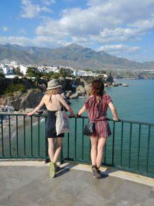 dve devojke gledaju more